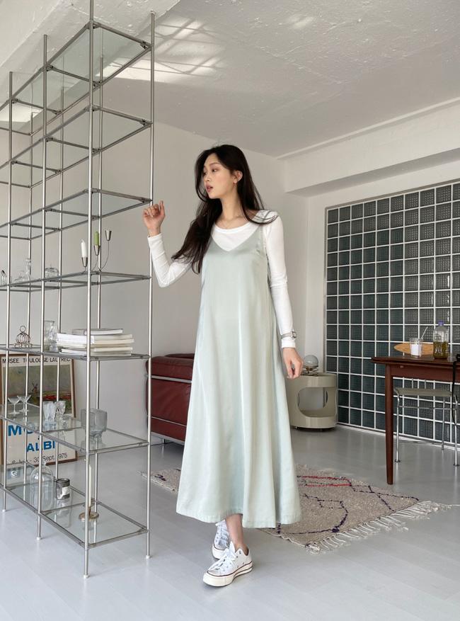 12 cách mặc váy hai dây + áo dài tay hợp mùa Xuân, chị em áp dụng đảm bảo trẻ đẹp mọi lúc mọi nơi-9