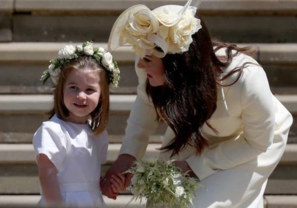 Thông tin mới về drama rơi nước mắt vì chiếc váy phù dâu: Meghan ném bó hoa của Kate vào thùng rác khiến chị dâu bật khóc-2