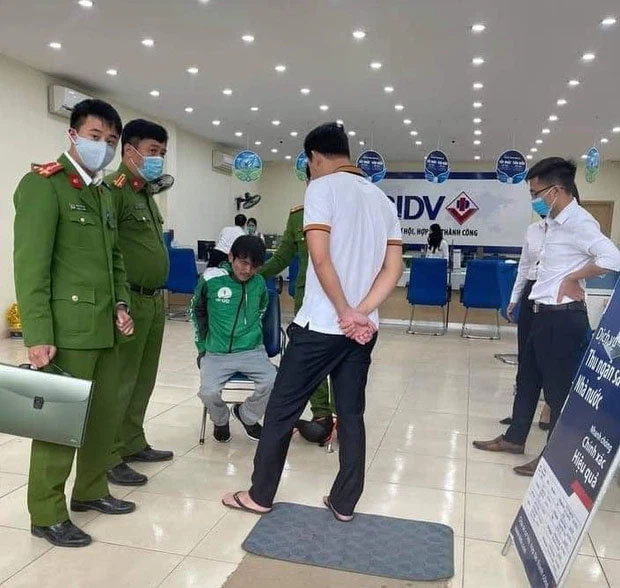 Đối tượng mặc áo Grab, mang theo súng và mìn cướp ngân hàng ở Hà Nội-1