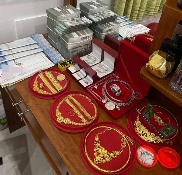 Đám cưới khủng ở An Giang: Hơn 2 tỷ quà cưới, của hồi môn gồm tiền, vàng, ngoại tệ, kim cương chất đầy bàn khiến MXH xỉu lên xỉu xuống-2