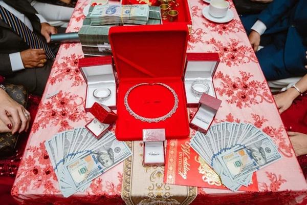 Đám cưới khủng ở An Giang: Hơn 2 tỷ quà cưới, của hồi môn gồm tiền, vàng, ngoại tệ, kim cương chất đầy bàn khiến MXH xỉu lên xỉu xuống-5