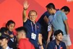 Nụ cười gây tranh cãi của chủ tịch CLB Quảng Ninh và HLV Park-1