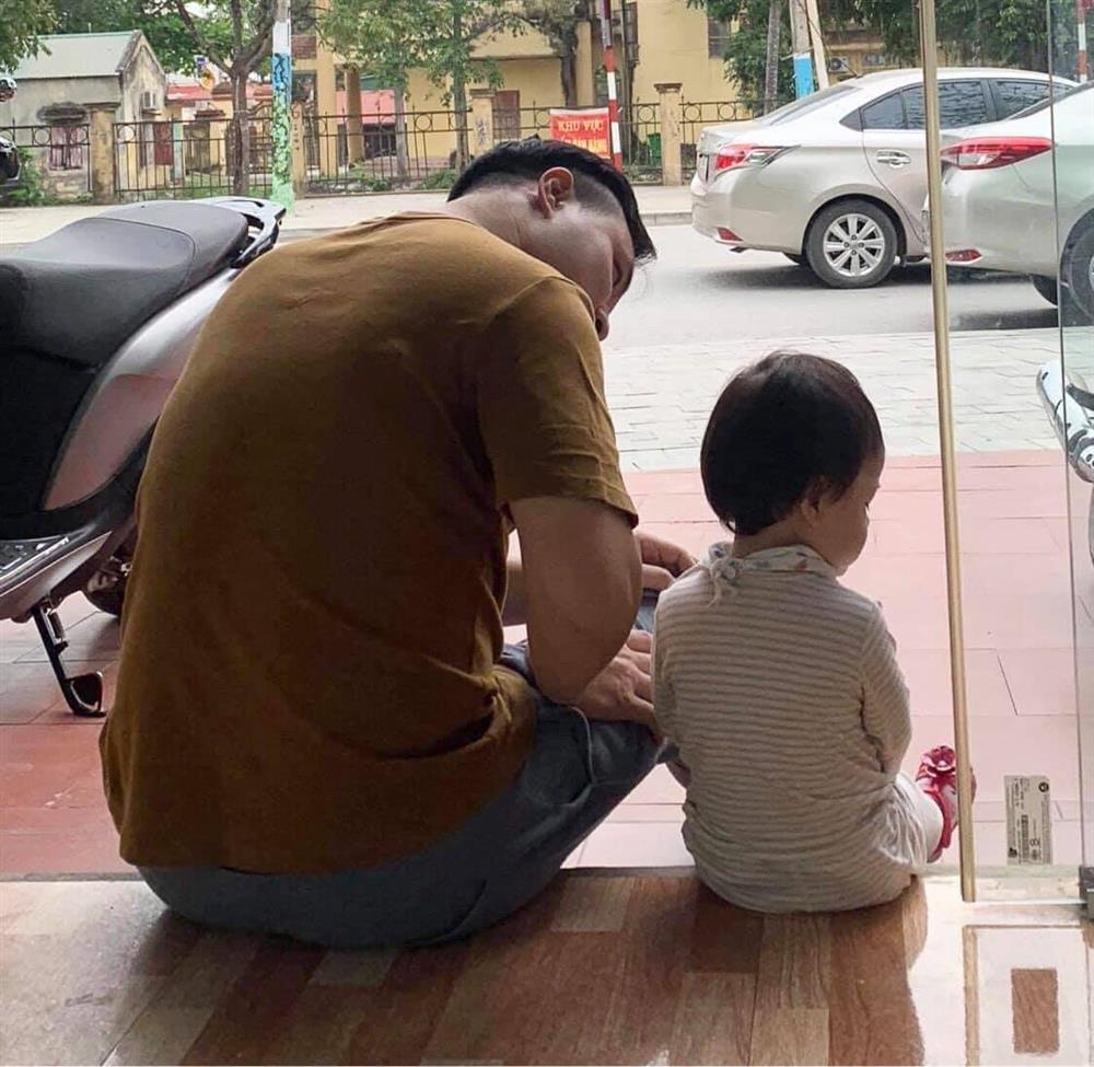 Bức ảnh cô con gái dỗi hờn vì bố đi chăm ông mấy ngày không về khiến bố ngồi dỗ mệt nghỉ-2