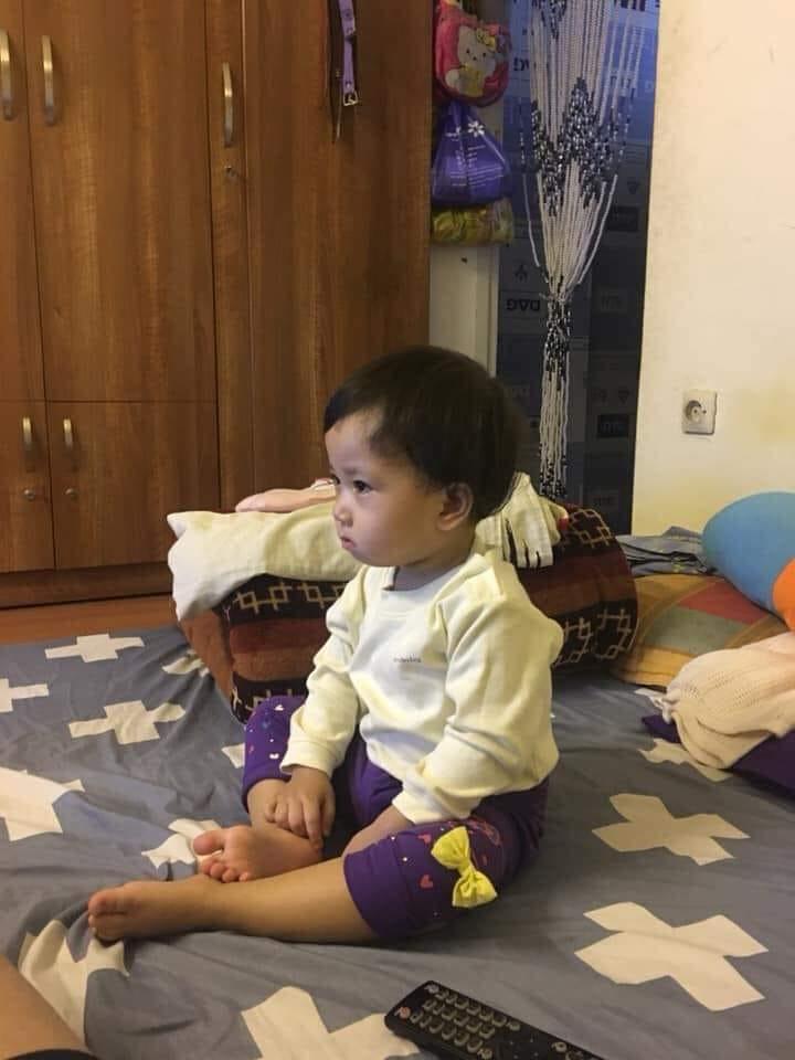 Bức ảnh cô con gái dỗi hờn vì bố đi chăm ông mấy ngày không về khiến bố ngồi dỗ mệt nghỉ-3