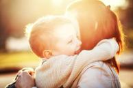 Được bố thưởng 30 giây mua sắm, con gái có hành động 'nhói tim'  - Trẻ em yêu cha mẹ hơn cả tưởng tượng