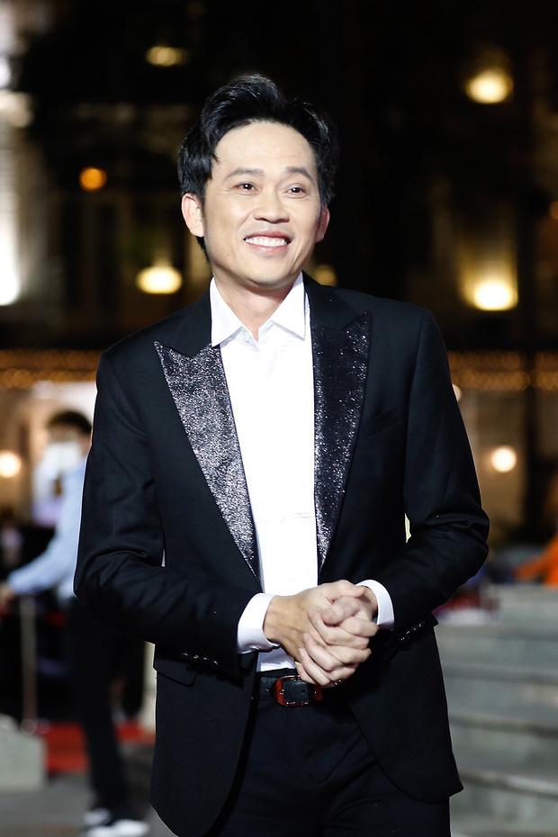5 năm rồi NS Hoài Linh mới có ảnh diện vest, nhan sắc đỉnh cao đến mức chính chủ còn không nhận ra-5