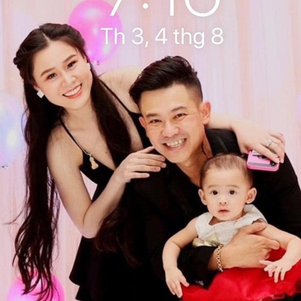Hậu ồn ào, vợ Vân Quang Long lộ diện với đôi mắt sưng húp bên con gái, hình ảnh ngây thơ của bé Helen nhìn mà xót-6