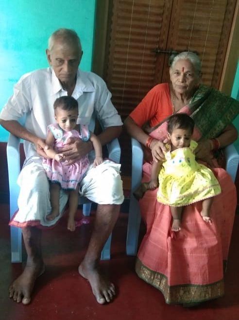 Một năm sau khi sinh đôi ở tuổi 74, sản phụ già nhất thế giới trở thành bà mẹ đơn thân một mình nuôi 2 con-3