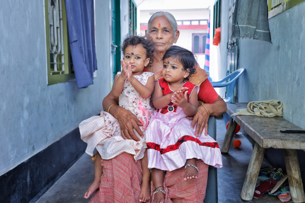 Một năm sau khi sinh đôi ở tuổi 74, sản phụ già nhất thế giới trở thành bà mẹ đơn thân một mình nuôi 2 con-4