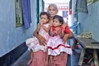 Một năm sau khi sinh đôi ở tuổi 74, sản phụ già nhất thế giới trở thành bà mẹ đơn thân một mình nuôi 2 con