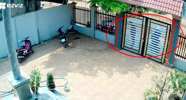 Clip: Kinh hoàng cảnh 2 đối tượng phá cổng sắt vào sân trộm xe máy giữa ban ngày, cách chúng tấn công khi bị chủ nhà phát hiện khiến ai nấy thất kinh-1