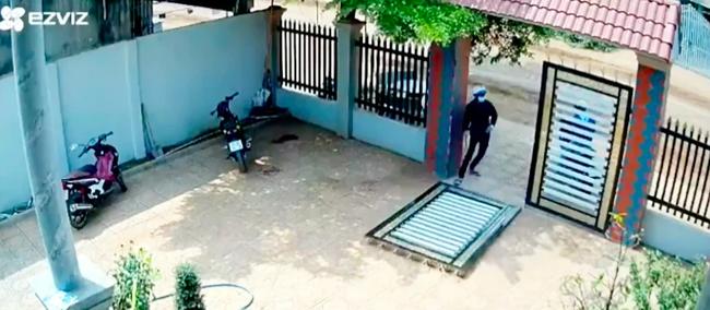Clip: Kinh hoàng cảnh 2 đối tượng phá cổng sắt vào sân trộm xe máy giữa ban ngày, cách chúng tấn công khi bị chủ nhà phát hiện khiến ai nấy thất kinh-2
