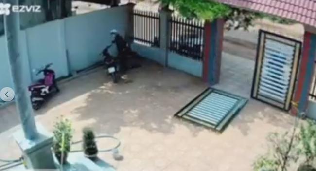 Clip: Kinh hoàng cảnh 2 đối tượng phá cổng sắt vào sân trộm xe máy giữa ban ngày, cách chúng tấn công khi bị chủ nhà phát hiện khiến ai nấy thất kinh-3