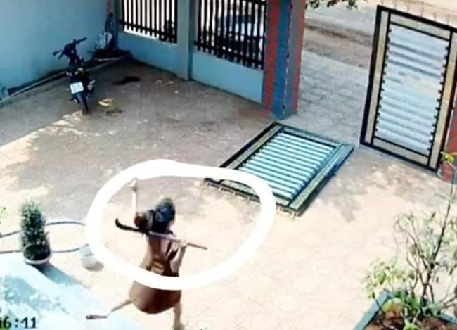 Clip: Kinh hoàng cảnh 2 đối tượng phá cổng sắt vào sân trộm xe máy giữa ban ngày, cách chúng tấn công khi bị chủ nhà phát hiện khiến ai nấy thất kinh-5