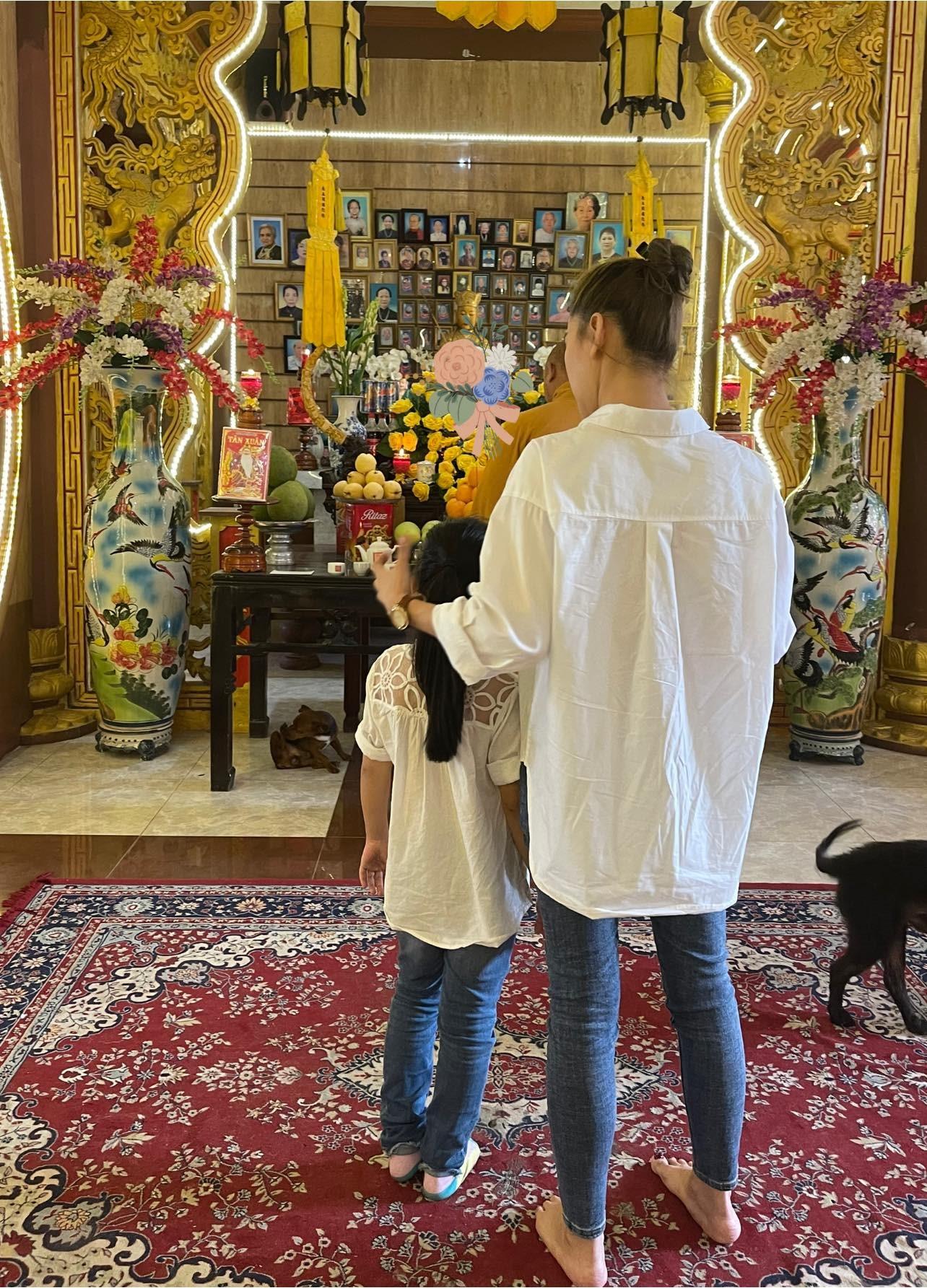 Con gái cố diễn viên Mai Phương đến thắp hương vào ngày giỗ đầu của mẹ-2