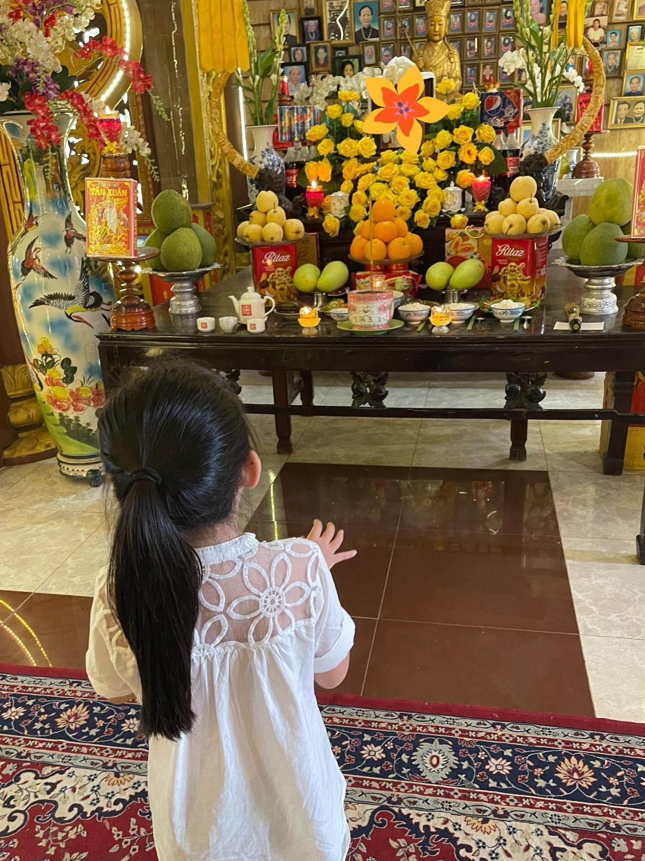 Con gái cố diễn viên Mai Phương đến thắp hương vào ngày giỗ đầu của mẹ-3