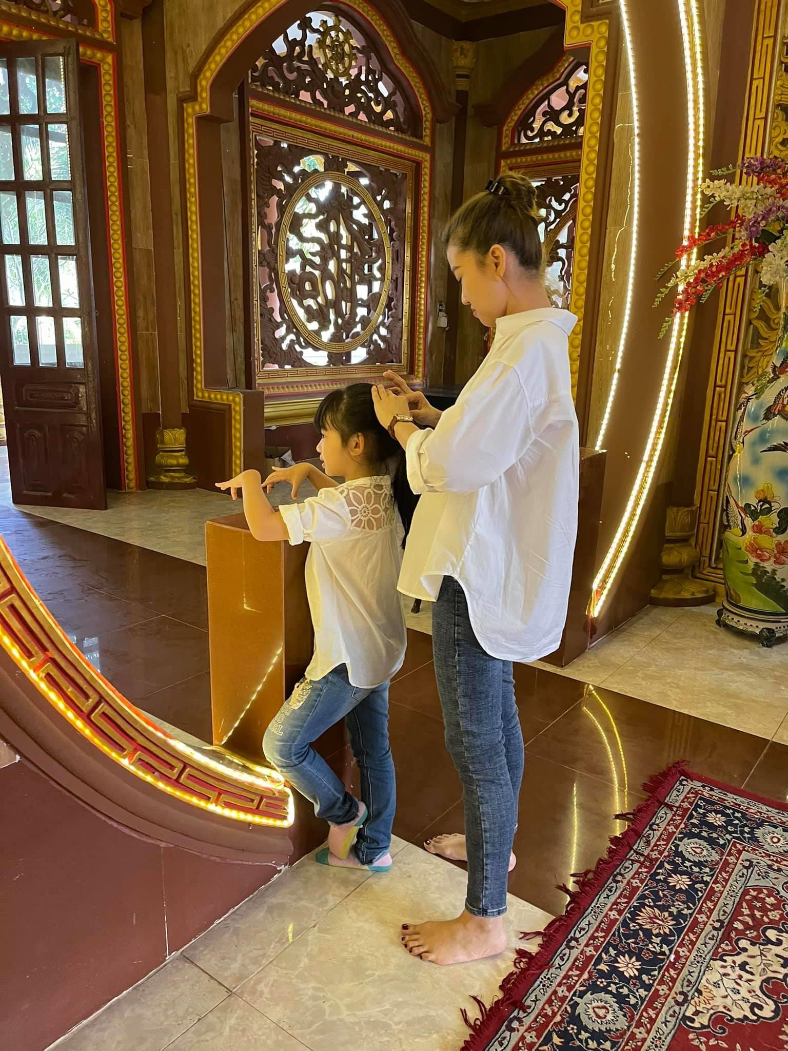 Con gái cố diễn viên Mai Phương đến thắp hương vào ngày giỗ đầu của mẹ-4