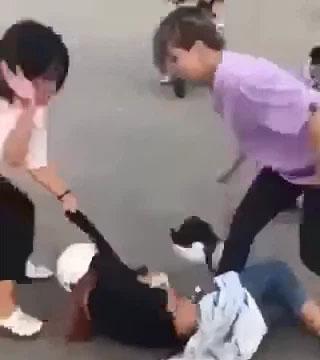 4 nữ sinh đánh bạn dã man giữa đường vì chuyện tình cảm nam nữ, 1 người đàn ông đứng xem-1