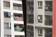 Thót tim cảnh nữ giúp việc 'biến hình' thành người nhện, trèo hẳn ra ngoài cửa sổ chung cư để lau kính
