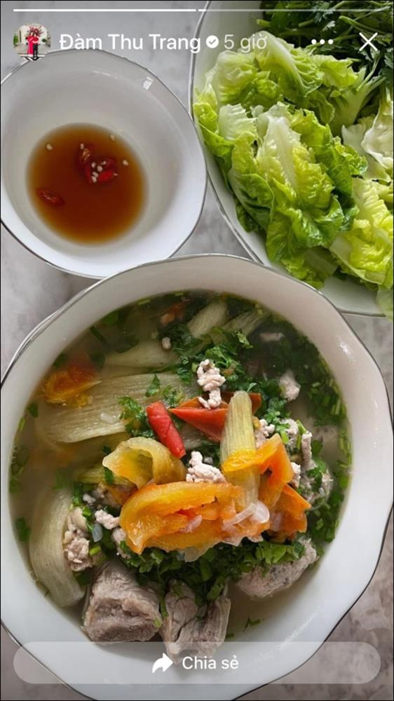 Đàm Thu Trang đãi chồng đại giacanh sườn dọc mùng ngọt mát ngon cơm,ít vào bếp nhưng tài nấu nướng thật đáng học hỏi-3