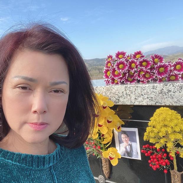 Ca sĩ Phương Loan lộ đôi mắt buồn bã, sưng húp bên di ảnh cố NS Chí Tài, nói một lời ai nghe cũng xót!-5