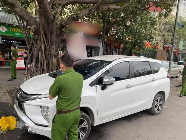 Đỗ ô tô gần gốc cây, chủ xe choáng váng khi thấy xế hộp bị ăn nguyên bát phở, công an phải đến hiện trường-4