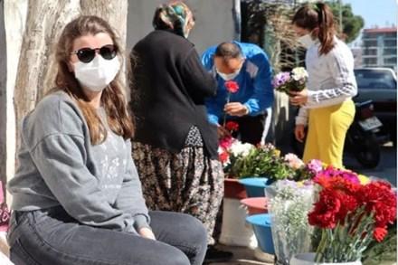 Cặm cụi bán hoa ở nghĩa trang cóp từng đồng bạc lẻ để nuôi con gái đi du học nước ngoài, mẹ
