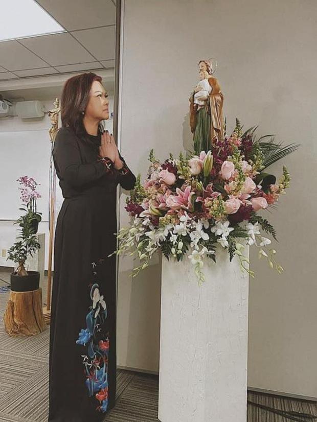 Lễ tưởng niệm 100 ngày cố NS Chí Tài: Ca sĩ Phương Loan tổ chức trang trọng ở Mỹ, Nhật Kim Anh đến thắp hương tại đền thờ 100 tỷ-3