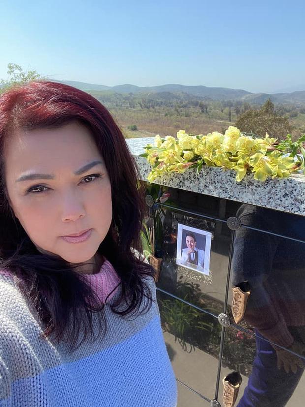 Lễ tưởng niệm 100 ngày cố NS Chí Tài: Ca sĩ Phương Loan tổ chức trang trọng ở Mỹ, Nhật Kim Anh đến thắp hương tại đền thờ 100 tỷ-4