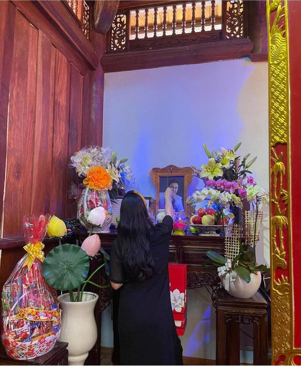Lễ tưởng niệm 100 ngày cố NS Chí Tài: Ca sĩ Phương Loan tổ chức trang trọng ở Mỹ, Nhật Kim Anh đến thắp hương tại đền thờ 100 tỷ-7