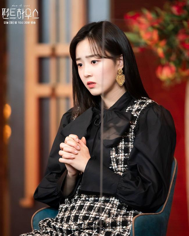 Tiểu thư mắt trợn Ha Eun Byeol có cả một bộ sưu tập váy điệu không Rich kid nào làm lại được trong Penthouse-1