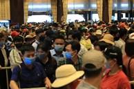 Mặc trời mưa, hàng vạn người đổ xô về chùa Tam Chúc du xuân lễ bái, ban quản lý buộc phải dừng bán vé vì quá tải