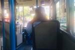 Clip: Bị mời xuống xe vì đeo khẩu trang không đúng cách, nữ khách hàng xe buýt: Tao không xuống, chúng mày đừng bắt nạt tao-2