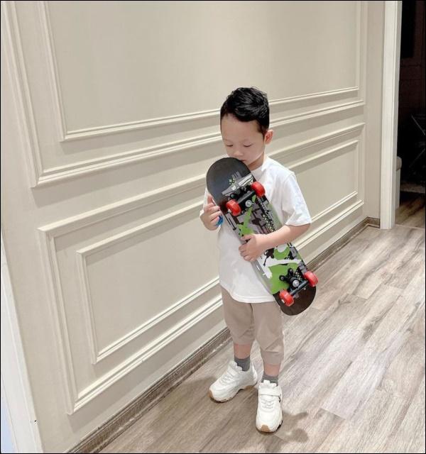 Quý tử điển trai của Ly Kute ra dánglắmrồi, mượn điện thoại mẹ tự selfie như hotboy thực thụ!-3