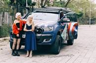 2 cụ bà U90 ăn mặc cực chất, tạo dáng 'cool ngầu' bên siêu xe chẳng kém gì người mẫu