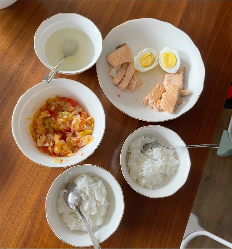 Bà xã MC Thành Trung khoe con trai 13 tháng tuổi đã biết ăn cơm như người lớn-2