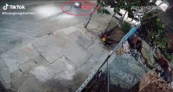 Em bé một mình chạy sang đường lúc nửa đêm bị xe máy tông trực diện, toàn cảnh sự việc khiến phụ huynh rụng rời-1