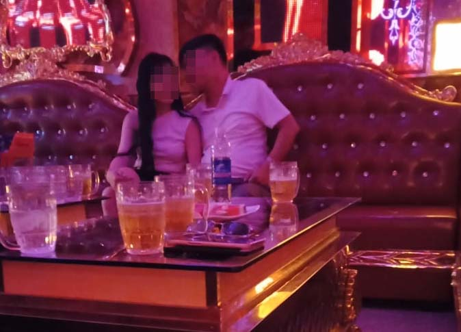 """Chiêu trị chồng đáng nể"""" của cô vợ có ông xã đi hát karaoke tay vịn khiến Netizen vỗ tay rần rần-2"""