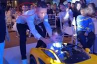 Vợ 2 Minh Nhựa - Mina Phạm chăm chú nhìn chồng hộ tống cháu ngoại trên 'siêu xe' trong tiệc mừng 1 tuổi
