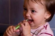 Bé 3 tuổi không bao giờ ăn đường nhưng miệng vẫn đầy răng sâu: Bố mẹ cần lưu ý những vấn đề được nha sĩ chỉ ra
