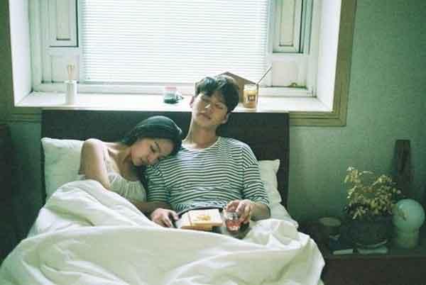 Sau khi tắt đèn lên giường, nếu đàn ông luôn có những hành động này, điều đó chứng tỏ anh ta chưa bao giờ yêu bạn cả!-1