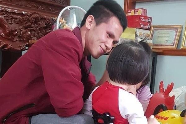 Rưng rưng khoảnh khắc bé gái rơi lầu 12 lần đầu gặp mặt anh Nguyễn Ngọc Mạnh: