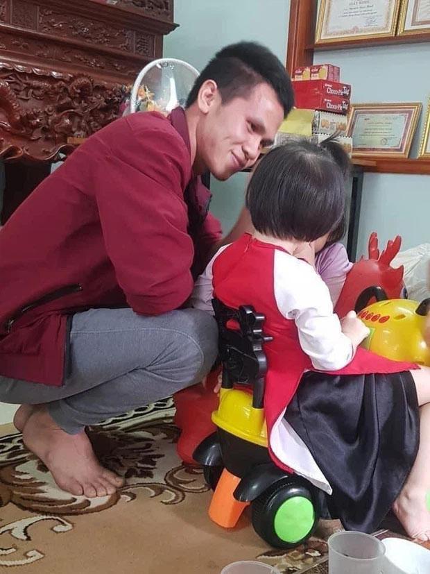 Rưng rưng khoảnh khắc bé gái rơi lầu 12 lần đầu gặp mặt anh Nguyễn Ngọc Mạnh: Con chào bố Mạnh, con cảm ơn bố-1