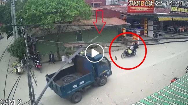 Clip: Hy hữu nam thanh niên đi xe máy bị thanh sắt trên xe tải rơi trúng đầu-1