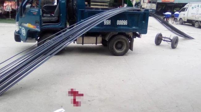 Clip: Hy hữu nam thanh niên đi xe máy bị thanh sắt trên xe tải rơi trúng đầu-2