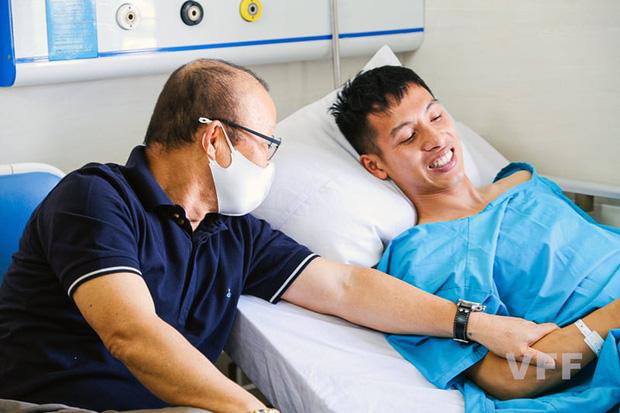 Khoảnh khắc xúc động: Hùng Dũng nắm chặt lấy tay thầy Park không muốn rời, hứa ra sân nếu ĐT Việt Nam đi tiếp ở vòng loại World Cup 2022-1