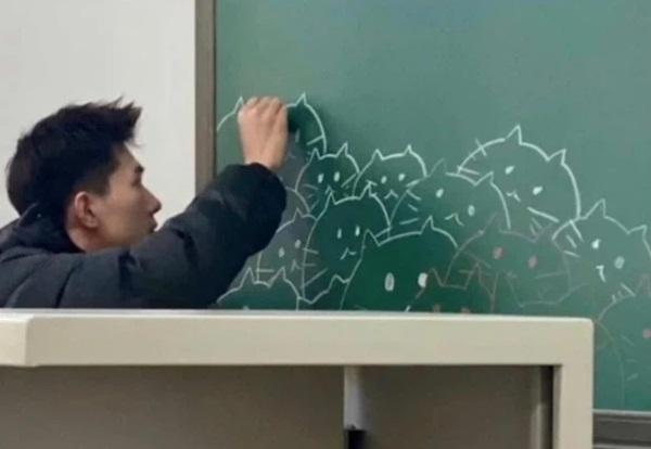 Thầy giáo soái ca sở hữu diện mạo giống Dương Dương, lại có hành động cực dễ thương ngay trên bục giảng-2