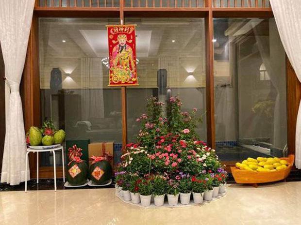 Biệt thự của Quý Bình và bà xã doanh nhân: Hoa phủ kín lối đi, mảnh vườn lớn là ao ước của nhiều người-13
