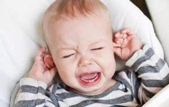 Tại sao trẻ khóc ngay khi đặt xuống và khi bế lên thì lại không sao?-1