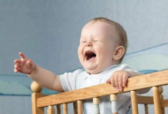 Tại sao trẻ khóc ngay khi đặt xuống và khi bế lên thì lại không sao?-3